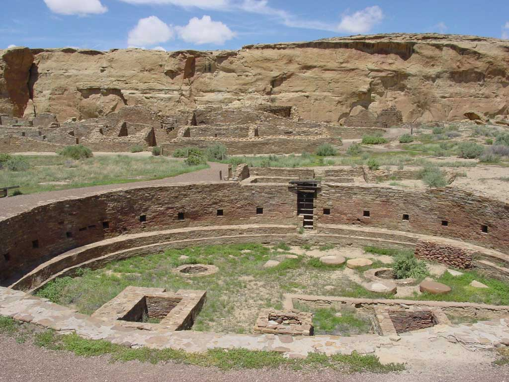 Photograph of the ruins of Chetro Ketl in Chaco Canyon (New Mexico, United States); shown is the complex's great kiva.