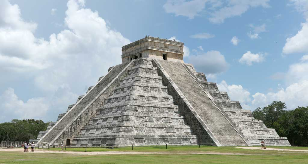 Photograph of the ruins of the El Castillo (pyramid of Kukulcán) in Chichén Itzá