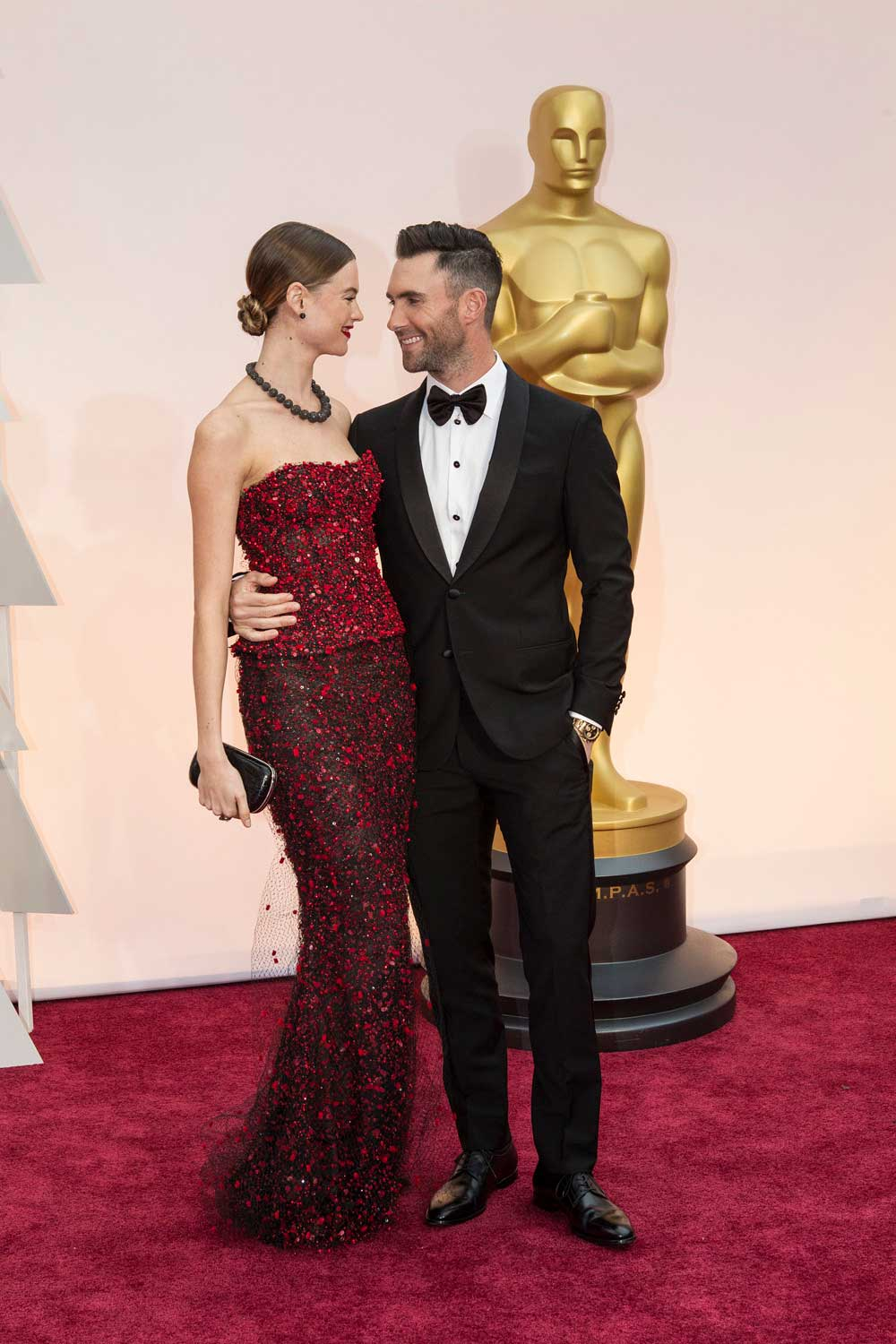 Photo of actors Behati Prinsloo and Adam Levine at the 2015 Oscars.